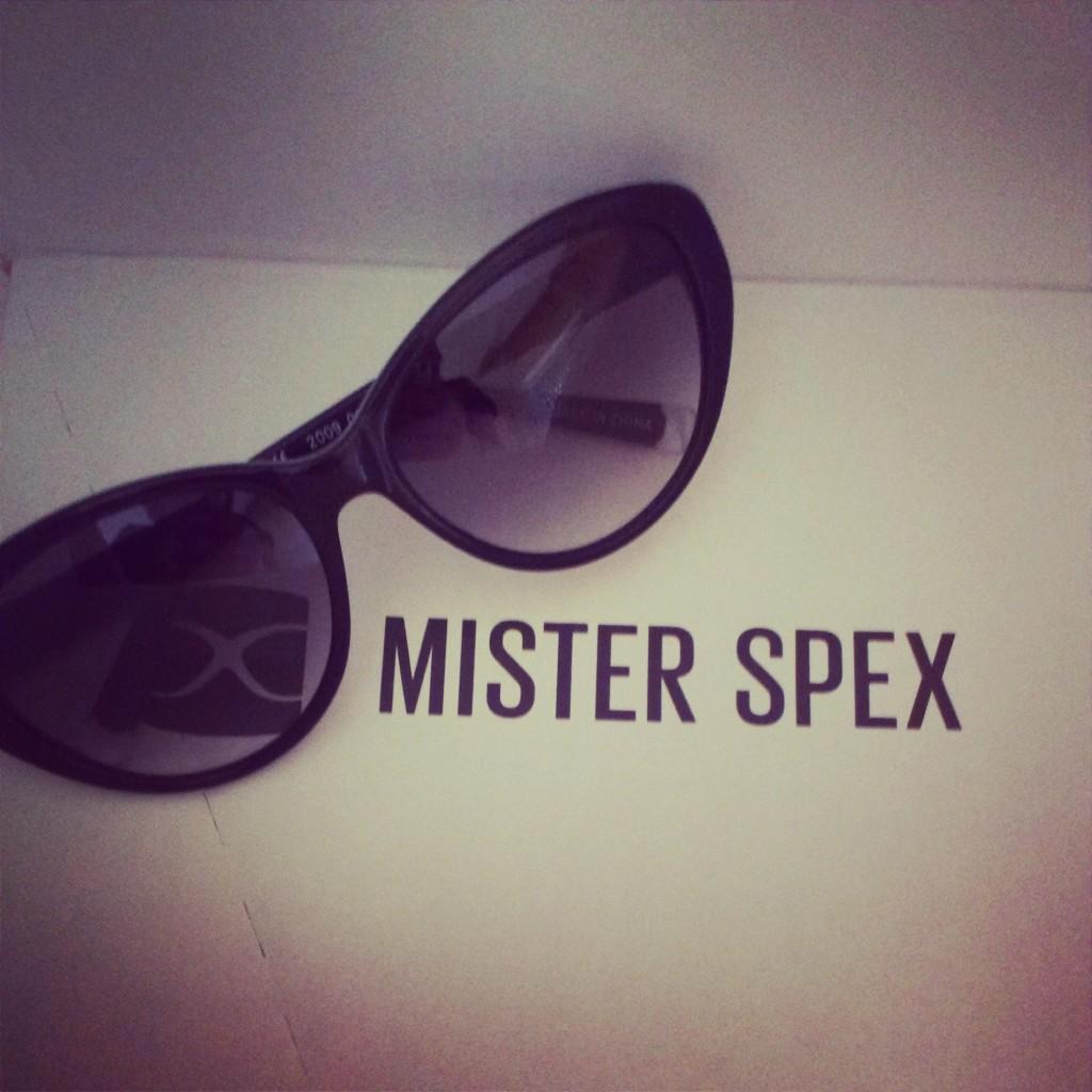 mister spex con tacones y corbata. Black Bedroom Furniture Sets. Home Design Ideas