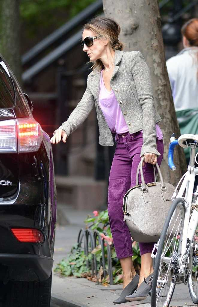 September 26, 2012: Sarah Jessica Parker pictured this morning leaving her home in a purple and pink outfit and heads to a Meeting in New York City. Mandatory Credit: Elder Ordonez/INFphoto.com Ref: infusny-160 sp 