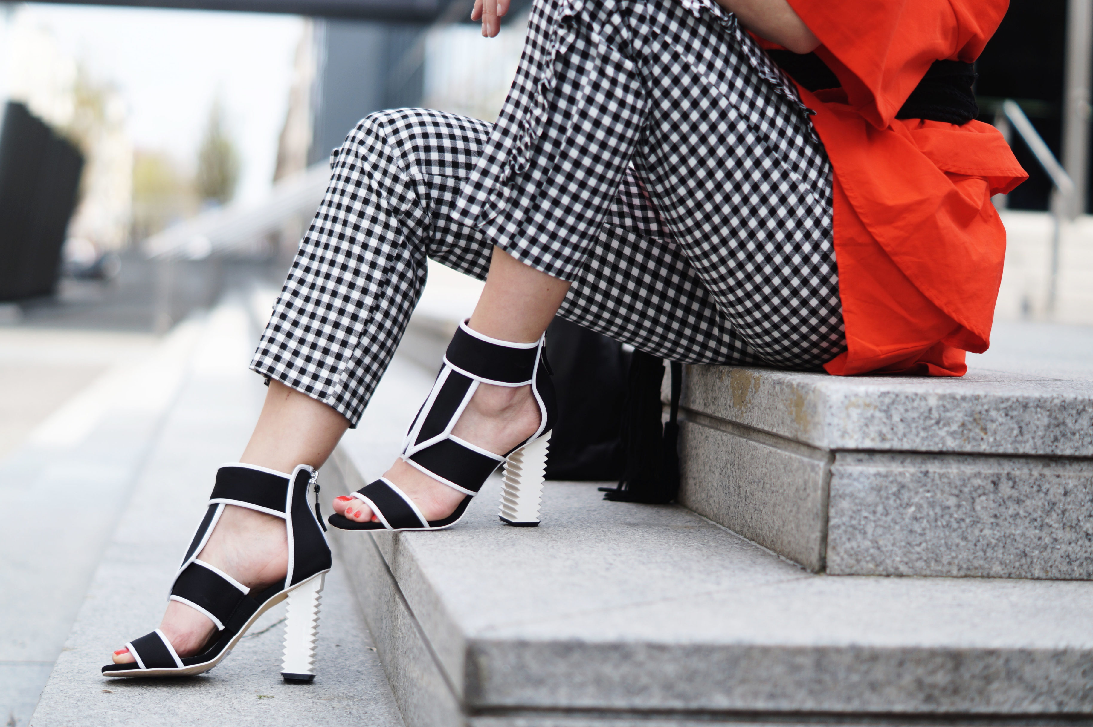 Vichy-Karo-Ruffle-Pants-Red-Volant-Dress-Gürtel-Passigatti-Outfit-Shooting-Streetstyle-Black-and-White-Schwarz-Weiß-Fashionblogger-Details-Modeblog-Sariety-e1492634769889