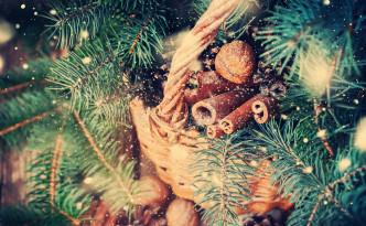 decoración-natural-de-la-navidad-en-una-cesta-rural-nieve-exhausta-62477108
