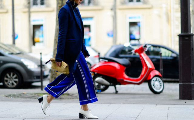 cropped-pants-and-booties-culottes-white-shoes-lace-up-oxfords-navy-blazer-jacket-pfw-street-style-elle-640x426