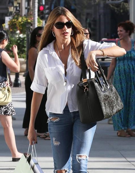 chgosv-l-610x610-streetstyle-shirt-white+shirt-sofia+vergara-sunglasses-jeans