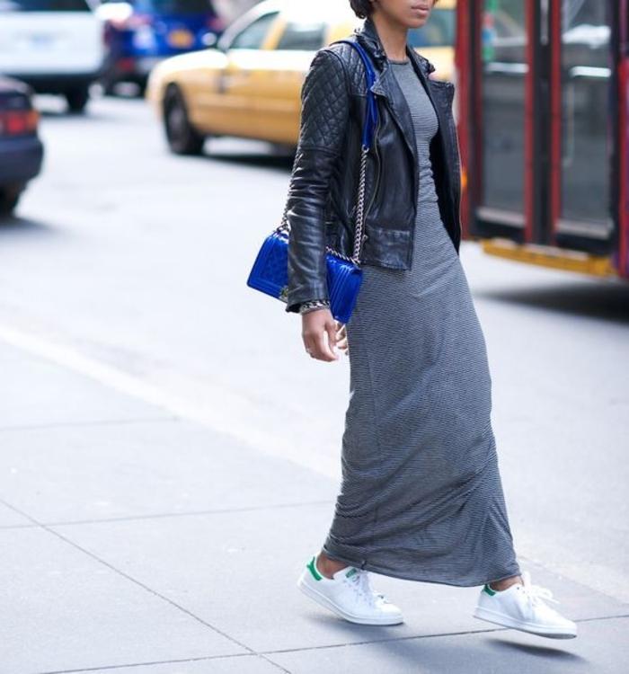 robe-longue-basket-modele-gris-veste-en-cuir-noir-sac-a-main-bleu-bracelet